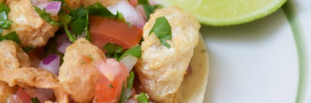 Chicharrones con salsa mexicana